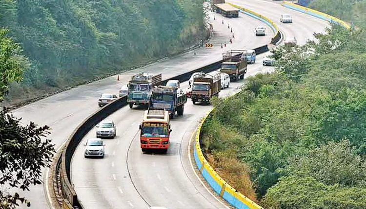 Mumbai-Pune Expressway | Rise in traffic rules violations, Highway lane cutting by heavy vehicles increases